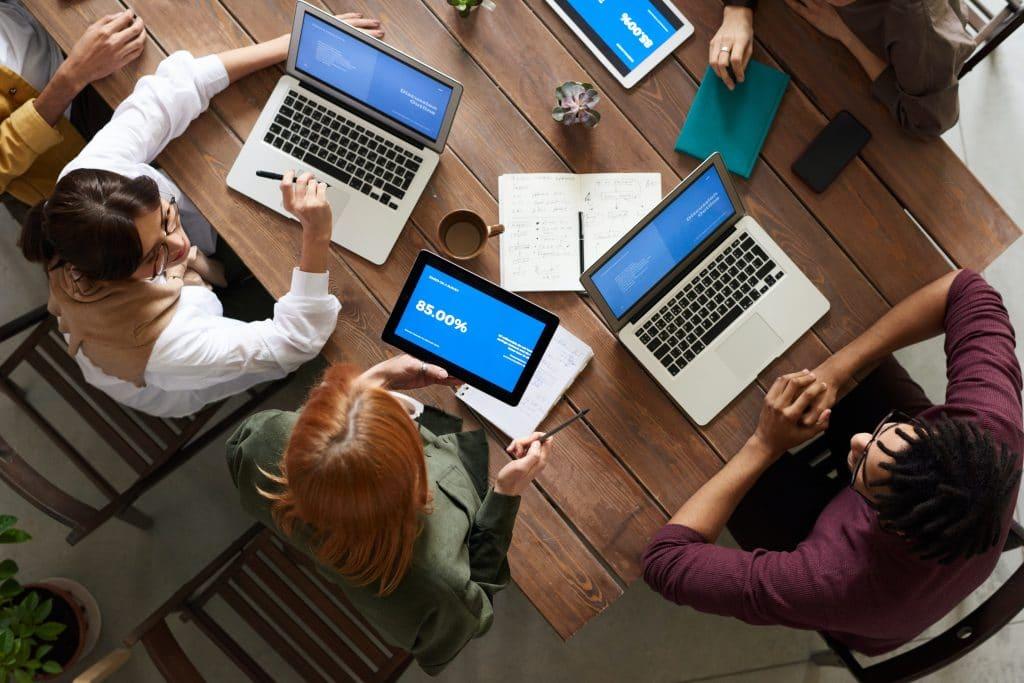 Une équipe qui utilise des ordinateurs portable vue d'en haut