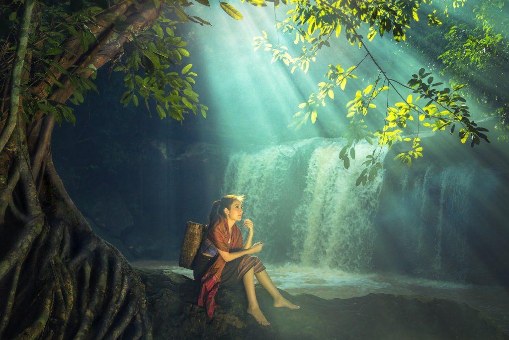 Une femme assise dans la forêt
